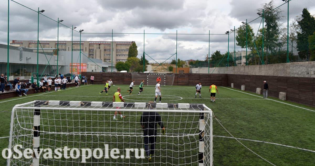 Игра в футбол на футбольном поле Муссон в Севастополе
