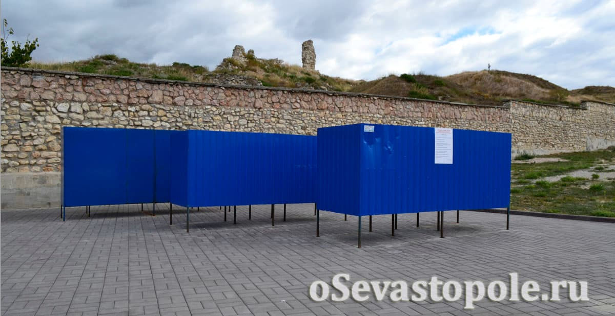Кабинки для переодевания на пляже Солнечный в Севастополе