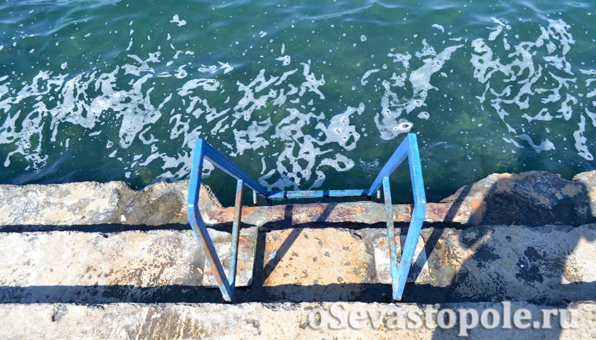 Лесенки для спуска в воду на пляже Хрустальный