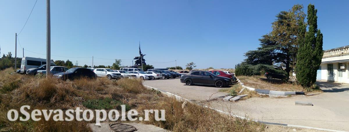 Парковка для авто недалеко от пляжа Хрустальный в Севастополе