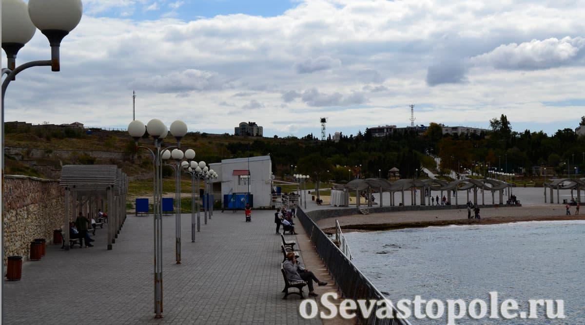 Скамейки на пляже Солнечный в Севастополе