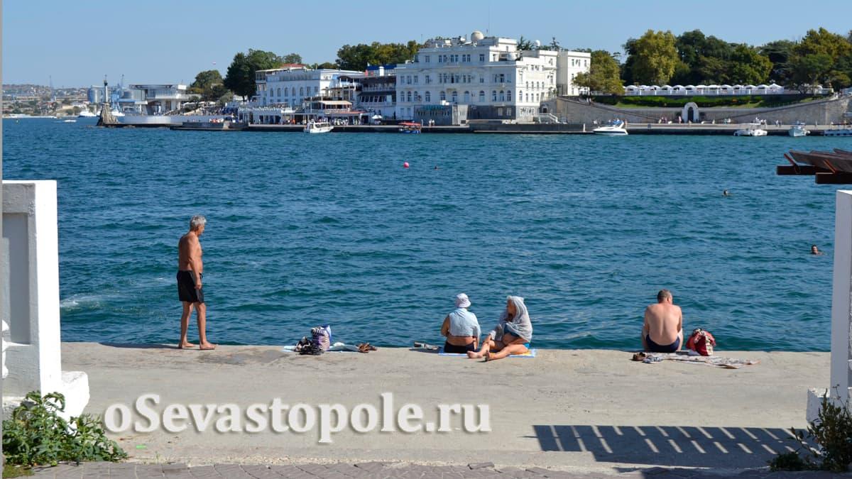 Вид на набережную Севастополя с пляжа Хрустальный