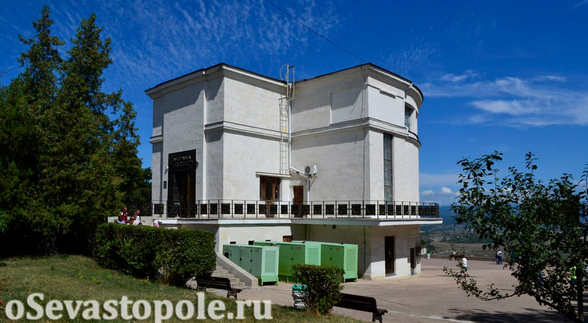 Вид на здание Диорамы на Сапун-горе в Севастополе