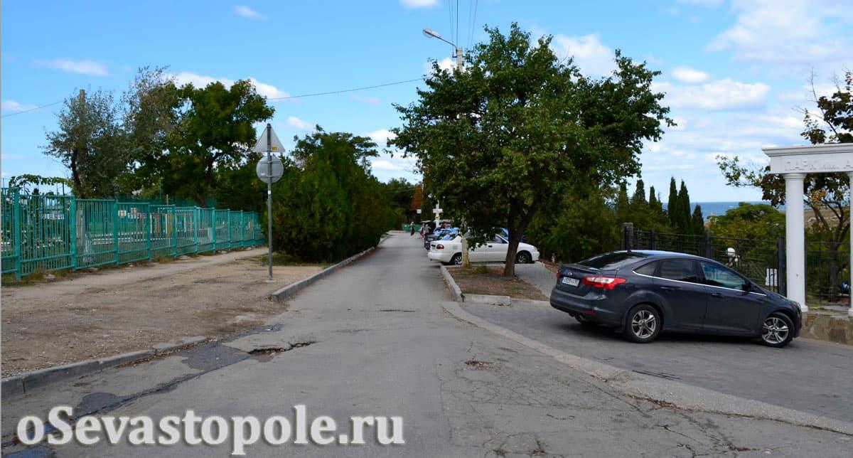 Автомобильная парковка у парка Ахматовой в Севастополе
