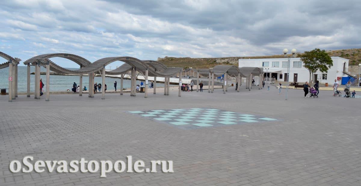 Большая шахматная доска в парке Анны Ахматовой