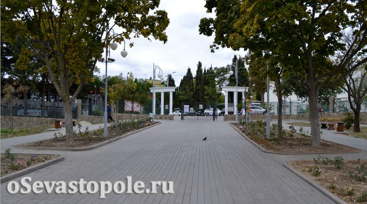 Центральная аллея при входе в парк Ахматовой в Севастополе