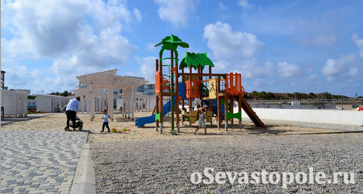 Детская площадка на Солдатском пляже в Севастополе