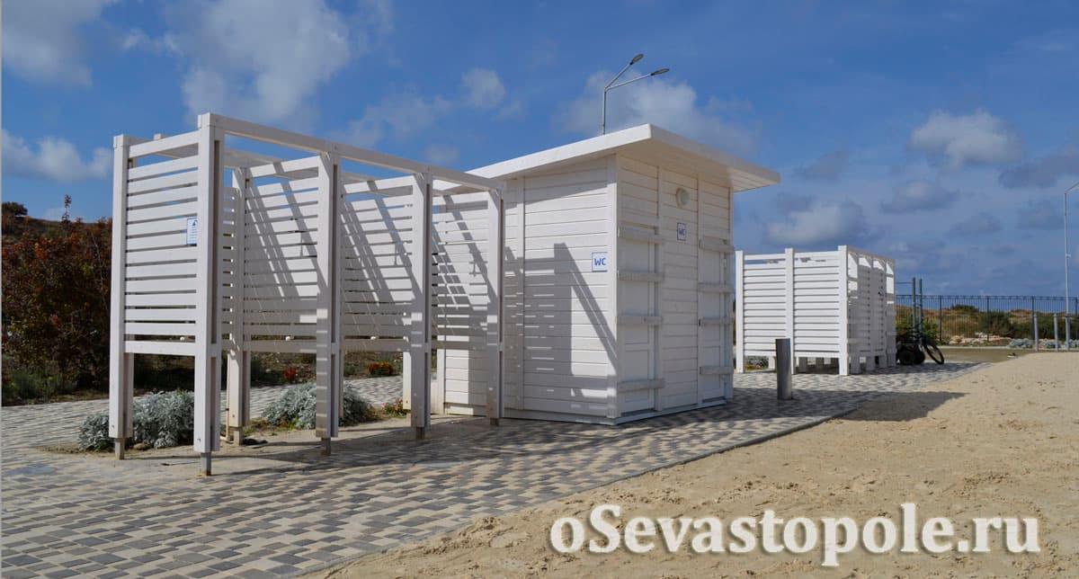 Душ и кабинки для переодевания на Солдатском пляже в Севастополе