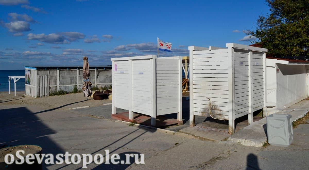 Кабинки для переодевания на пляже Омега в Севастополе