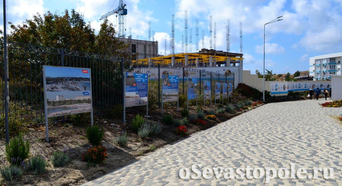 Клумбы с цветами на Солдатском пляже в Севастополе