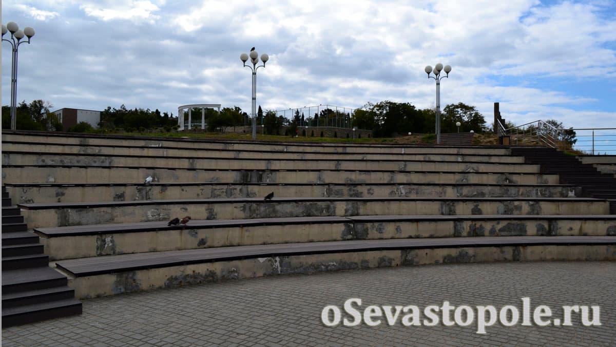 Летний кинотеатр в парке Ахматовой в Севастополе