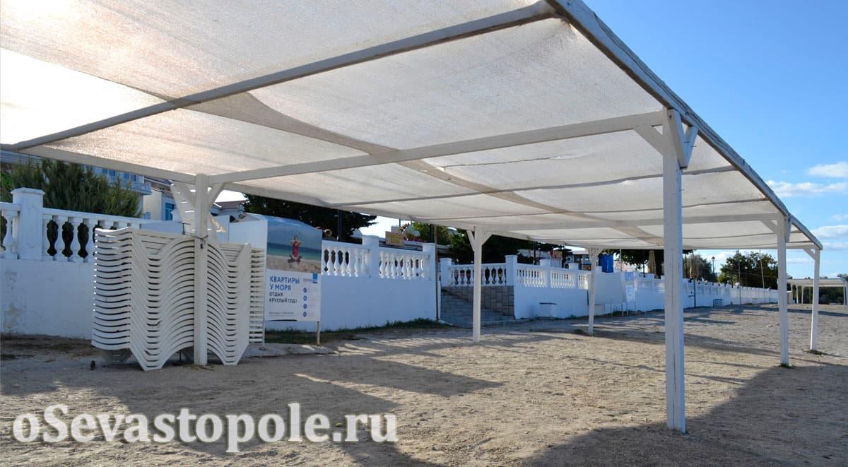 Навесы с шезлонгами на пляже Омега в Севастополе