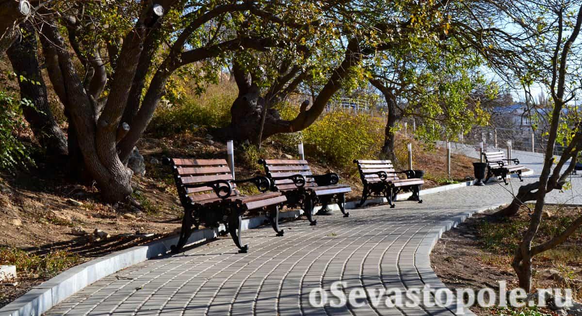Лавочки в парке на Фиоленте в Севастополе