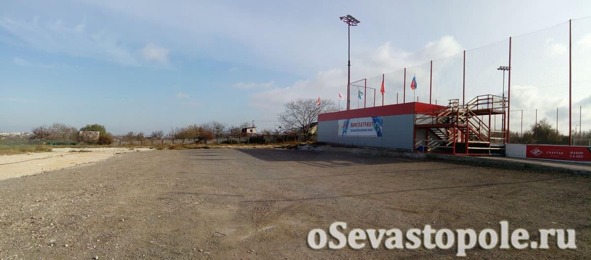Парковка у футбольного поля Патриот в Севастополе