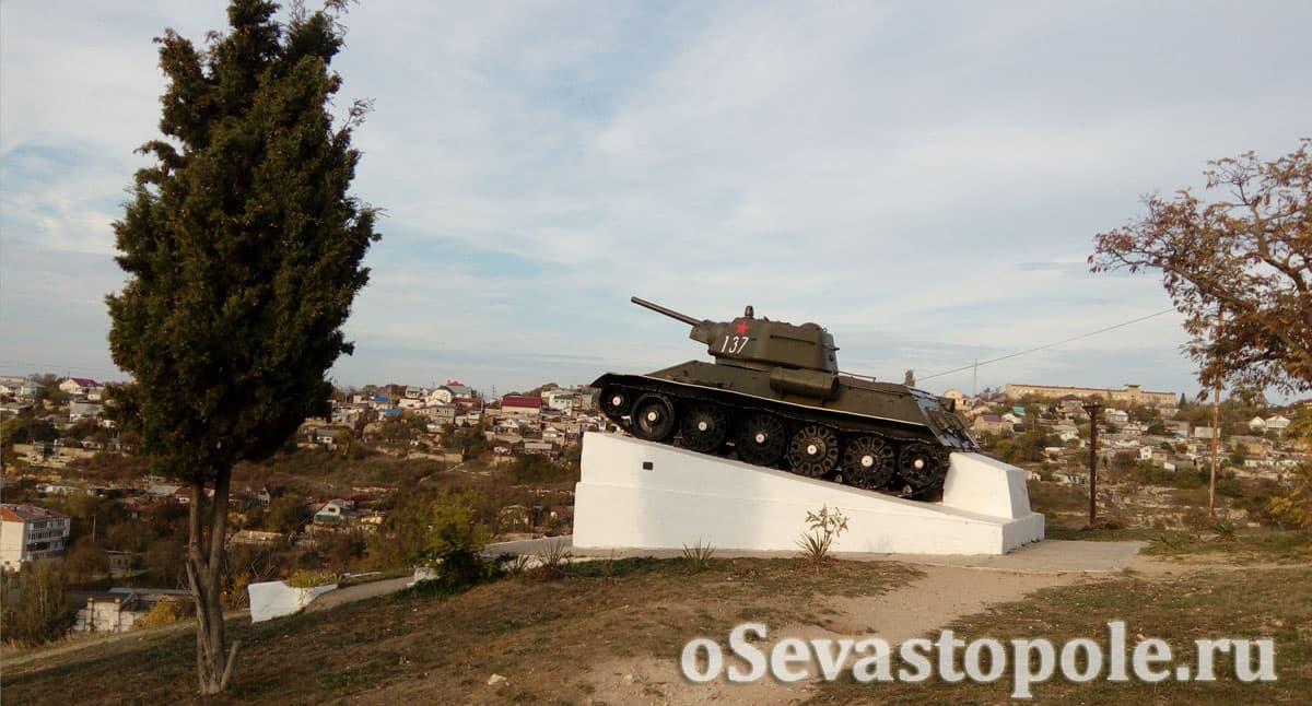 Вид на памятник героям-танкистам в Севастополе