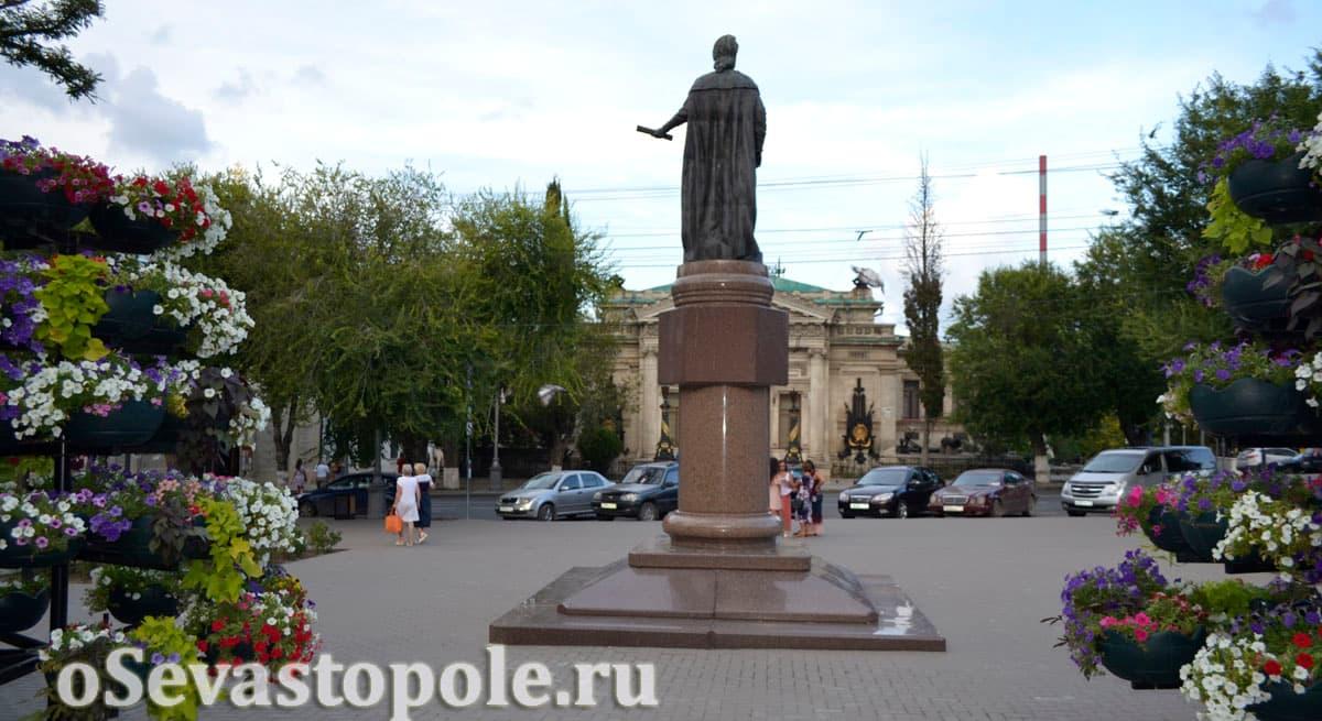 Вид сзади на памятник Екатерине Второй в Севастополе