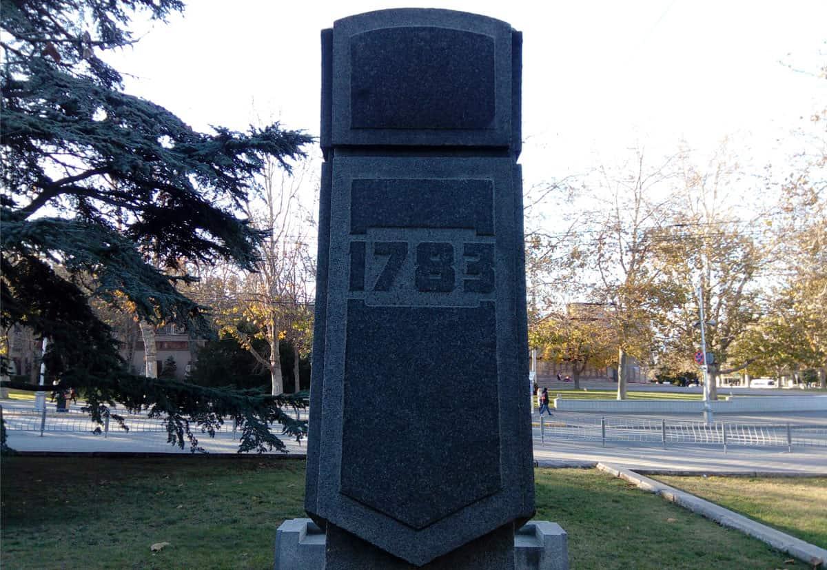 памятник в честь 200-летия основания Севастополя