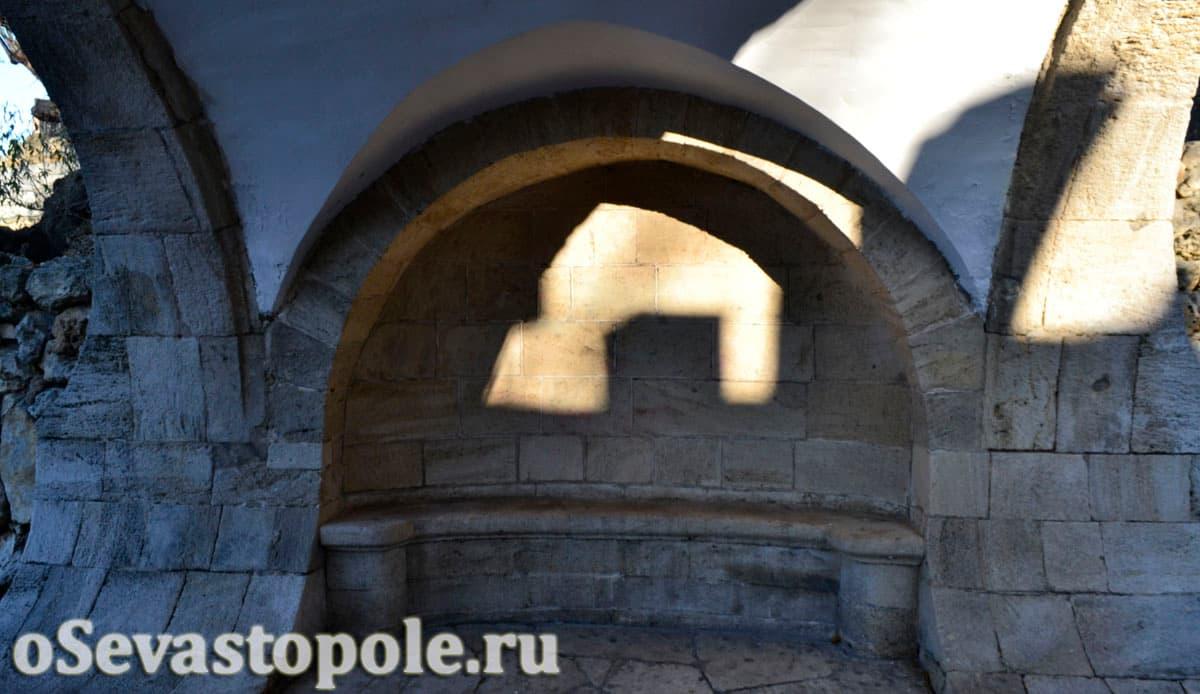 Скамеечка под мостом влюбленных в Севастополе