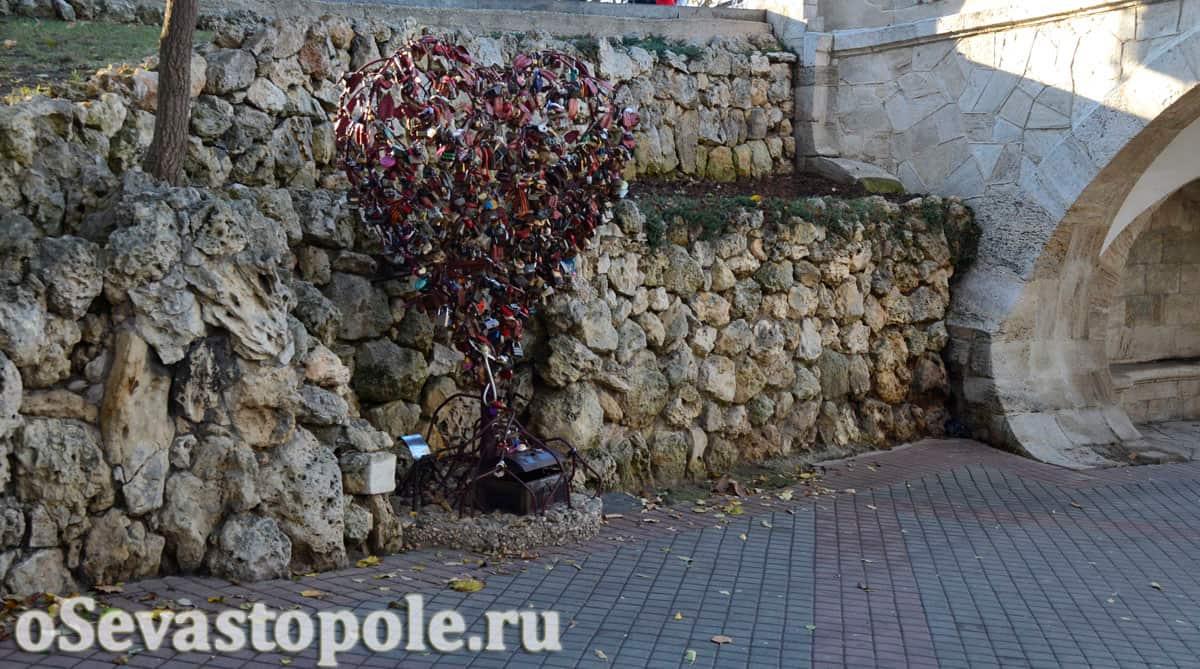 Сердце с замочками у моста влюбленных в Севастополе