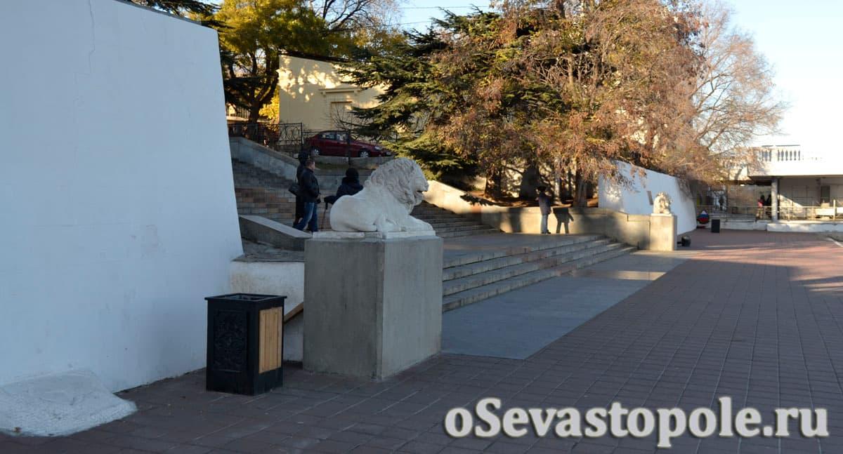 Статуи львов на Графской пристани в Севастополе