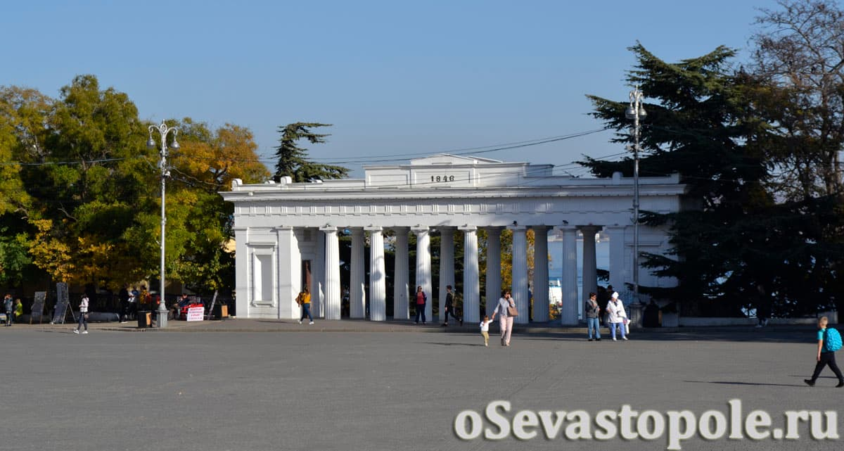 Вид на Графскую пристань в Севастополе со стороны площади П. С. Нахимова