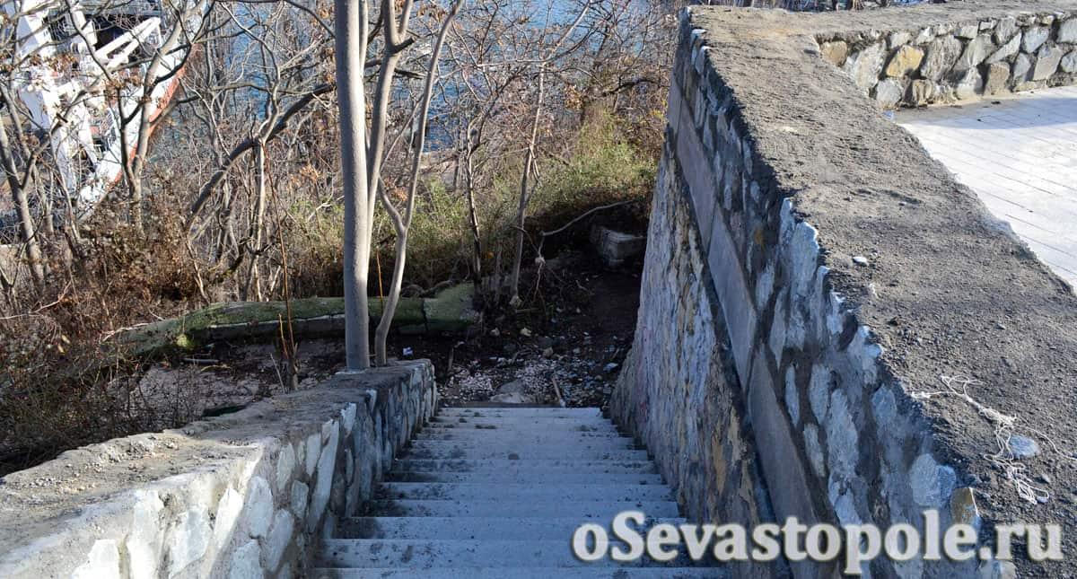 Лестница к Южной бухте в сквере Ленинского комсомола