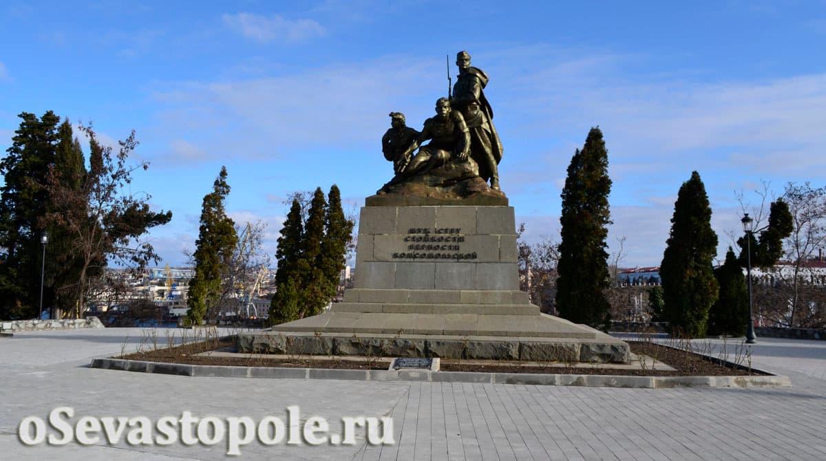 Памятник комсомольцам в сквере