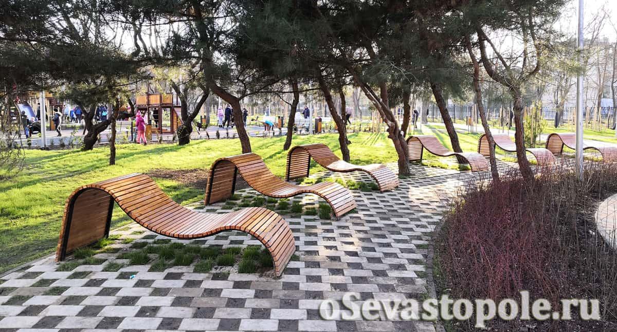 Шезлонги в сквере 60-летия СССР Севастополь