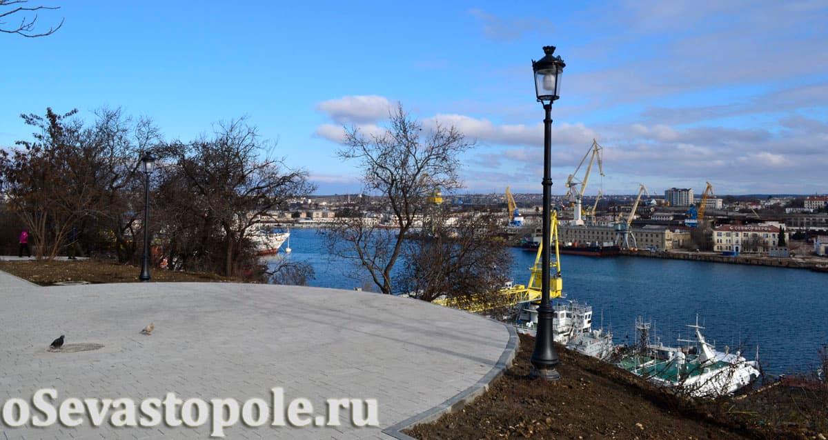 Вид на Южную бухту со смотровой сквера Ленинского комсомола
