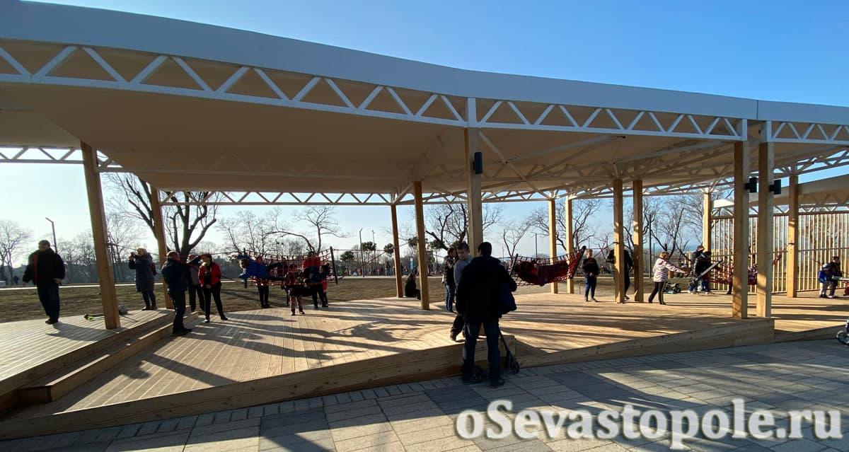 Деревянные ярусы с теневыми навесами в парке Учкуевка