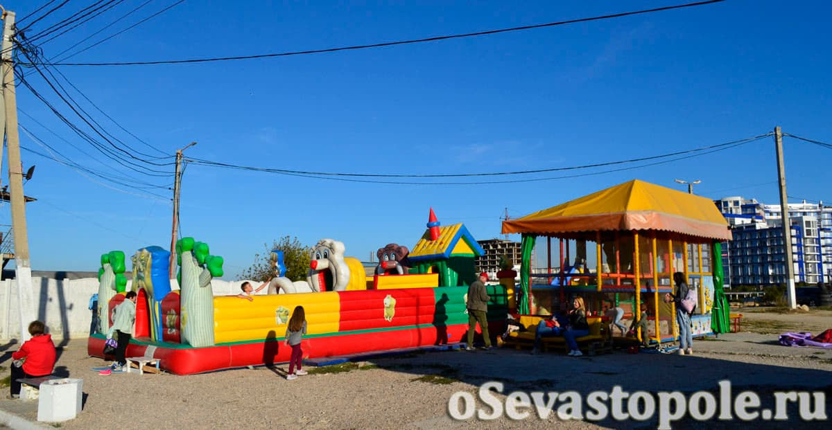 Детская зона на пляже Парк Победы в Севастополе