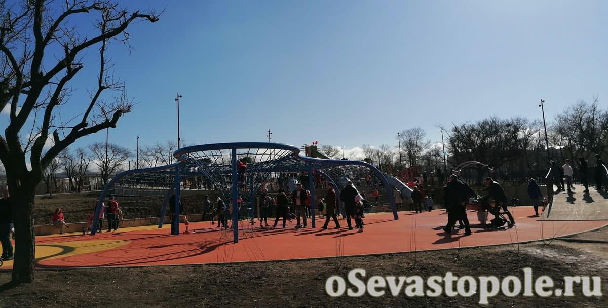 Детские площадки в парке Учкуевка в Севастополе