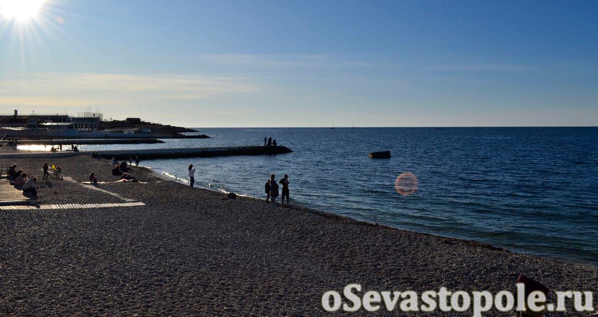 Пирсы на пляже Парк Победы в Севастополе