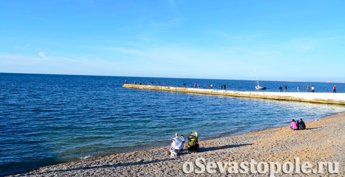 Вид на море на пляже Парк Победы в Севастополе