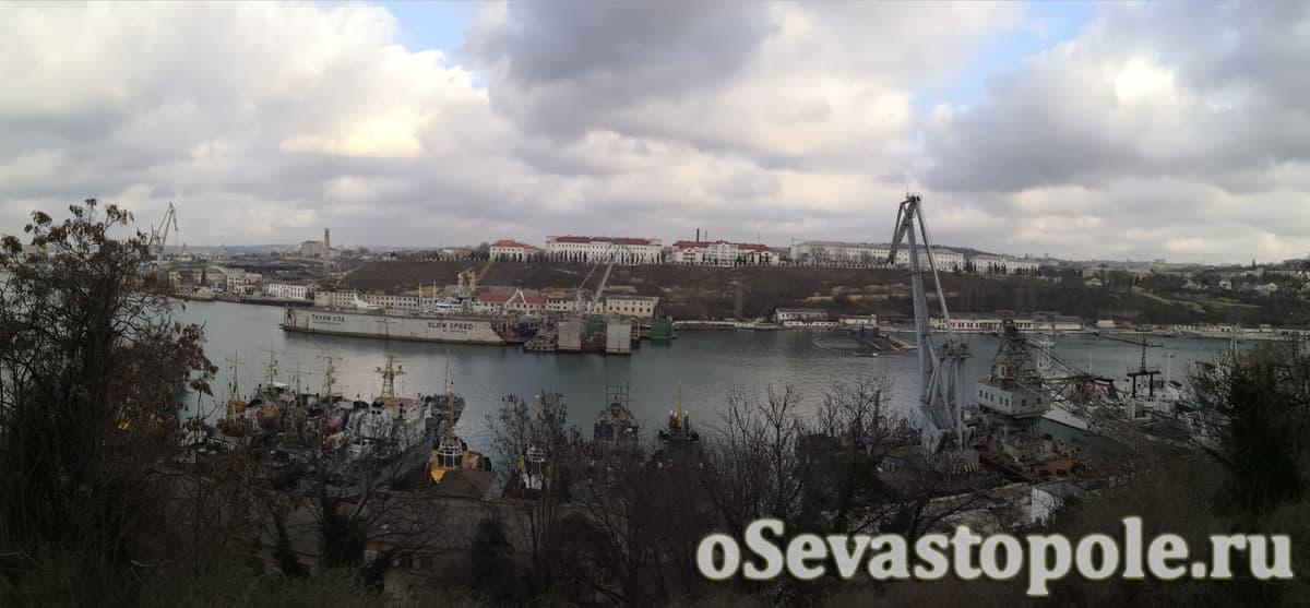 Вид на Южную бухту с площади Суворова в Севастополе