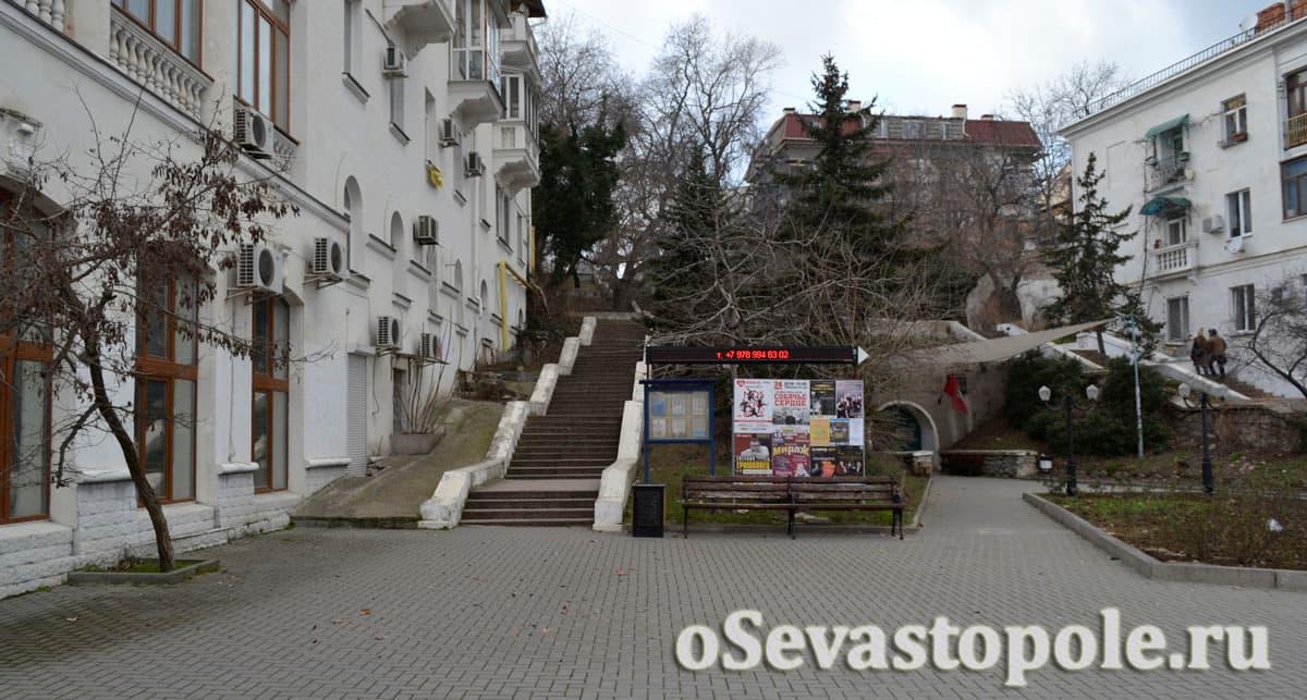 Вход в туннель на площади Суворова в Севастополе