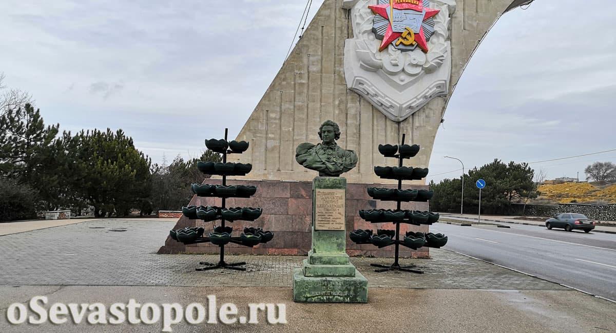 Бюст Потемкину арки 200-летия Севастополя