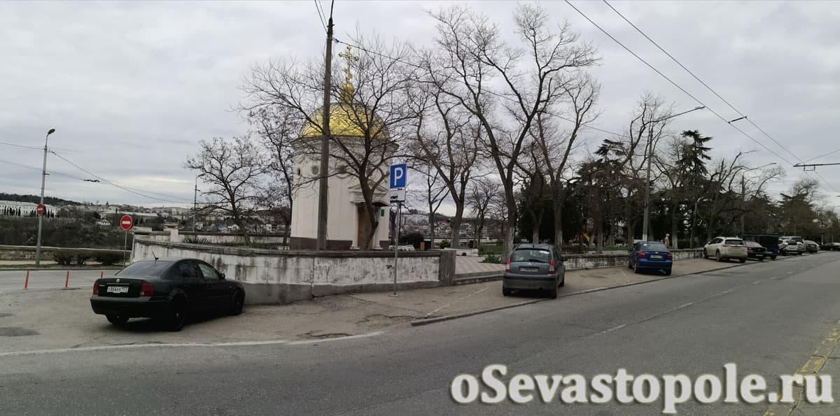 Парковка у сквера Бузина в Севастополе