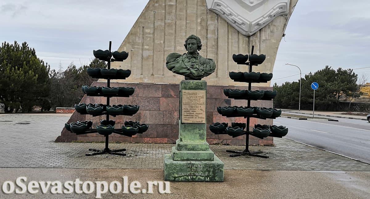 Бюст Потемкину на въезде в Севастополь