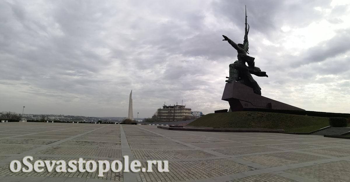 Площадь перед памятником Солдату и Матросу