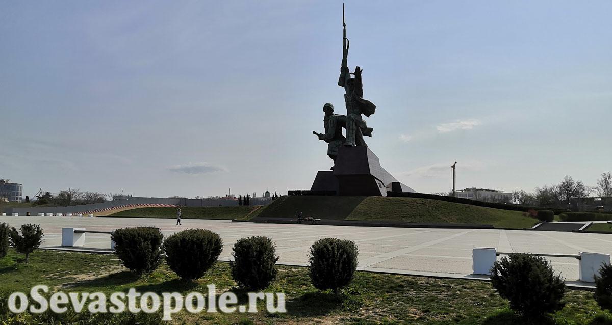 Территория у памятника Солдату и Матросу в Севастополе
