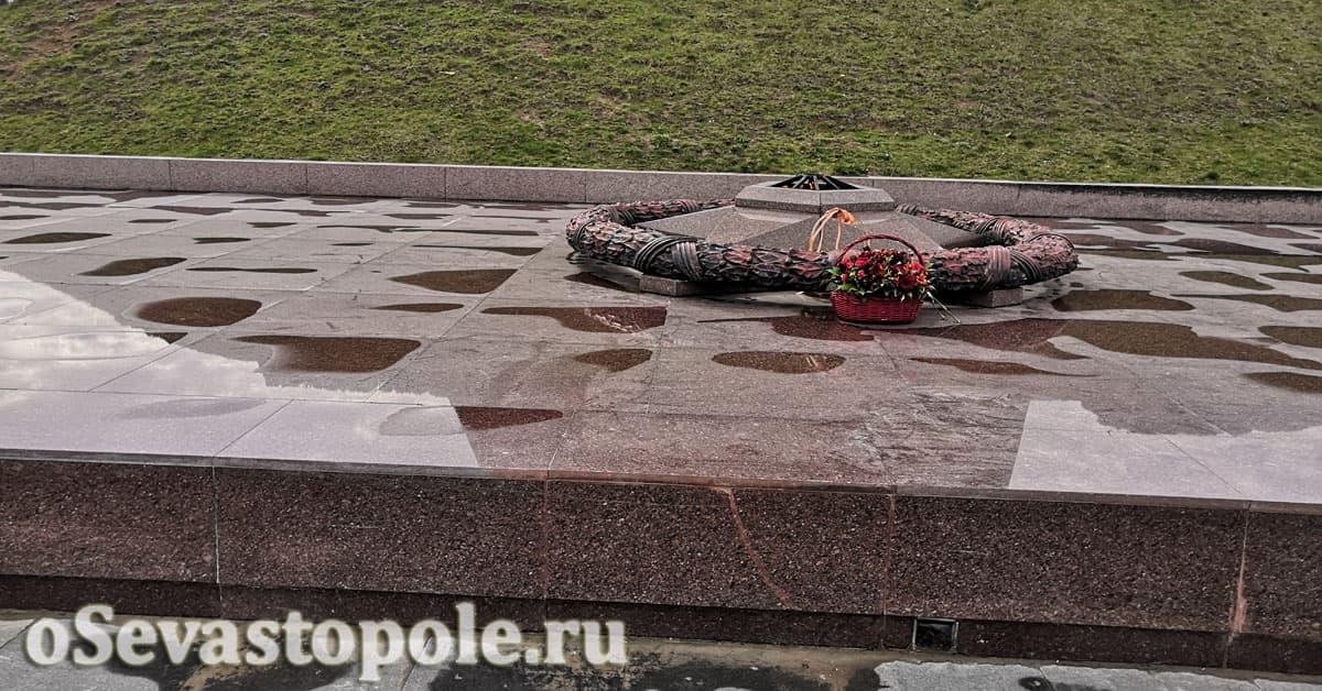 Вечный огонь у памятник Солдату и Матросу в Севастополе