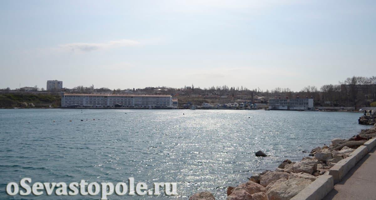 Вид с мола в Севастополе на бухту Мартынова