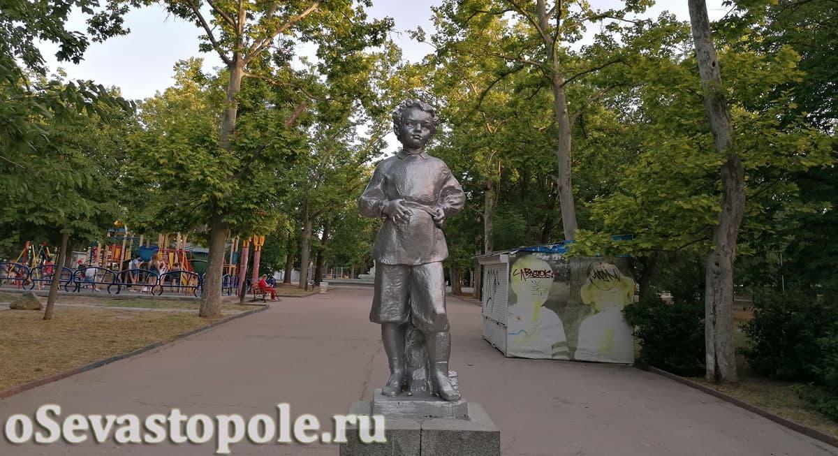 Скульптура Володи Ульянова в Комсомольском парке Севастополя