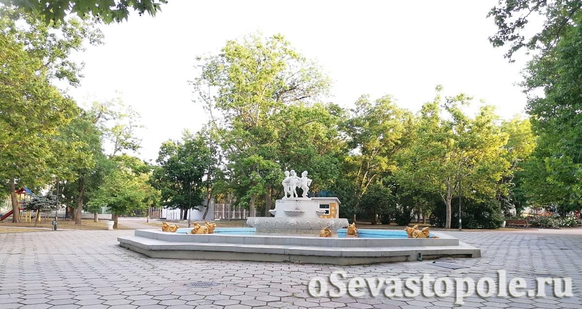 Скульптуры в Комсомольском парке Севастополя