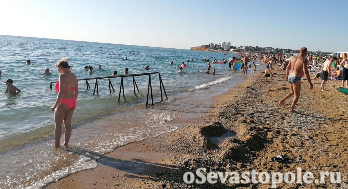 Берег на пляже Нахимовец в Орловке