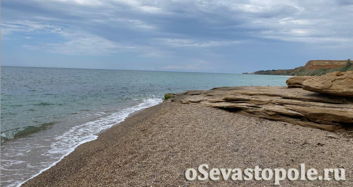 Берег на пляже Немецкая балка в Севастополе