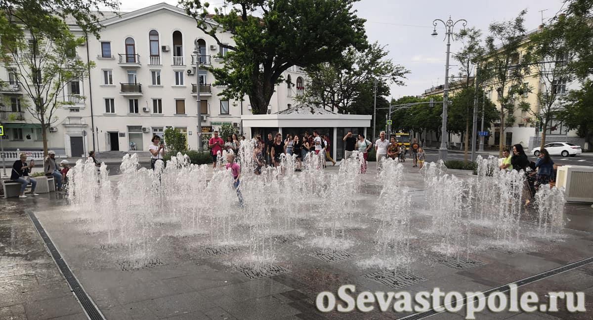 Фонтан на площади Ушакова в Севастополе