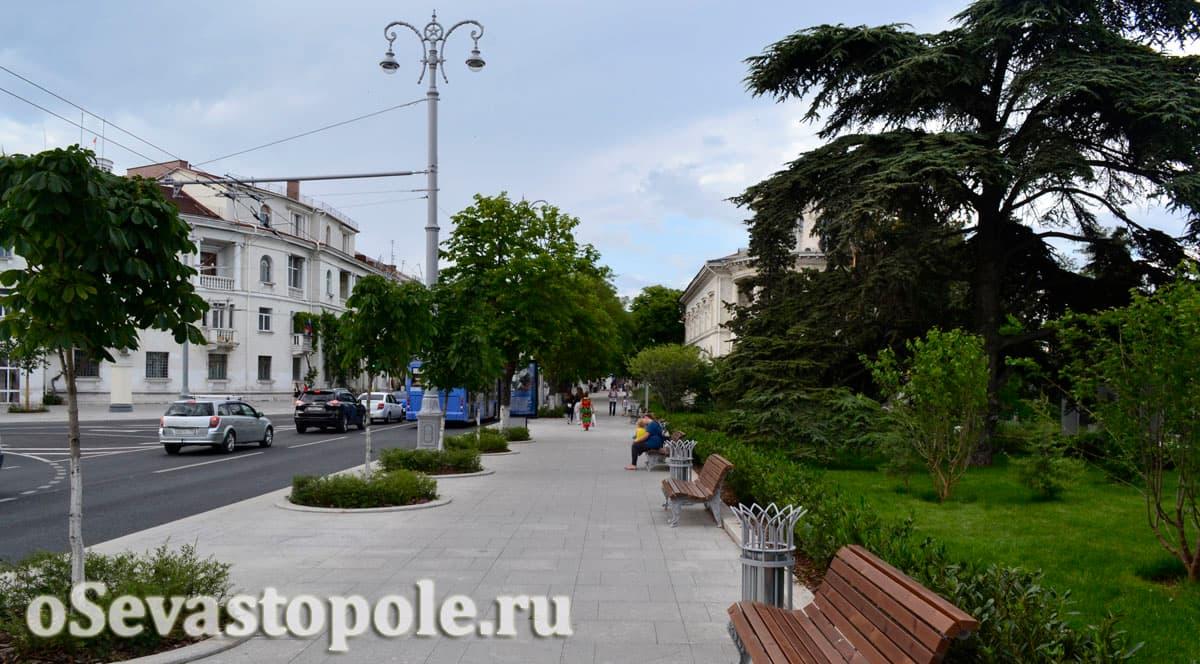 Скамейки на площади Ушакова в Севастополе