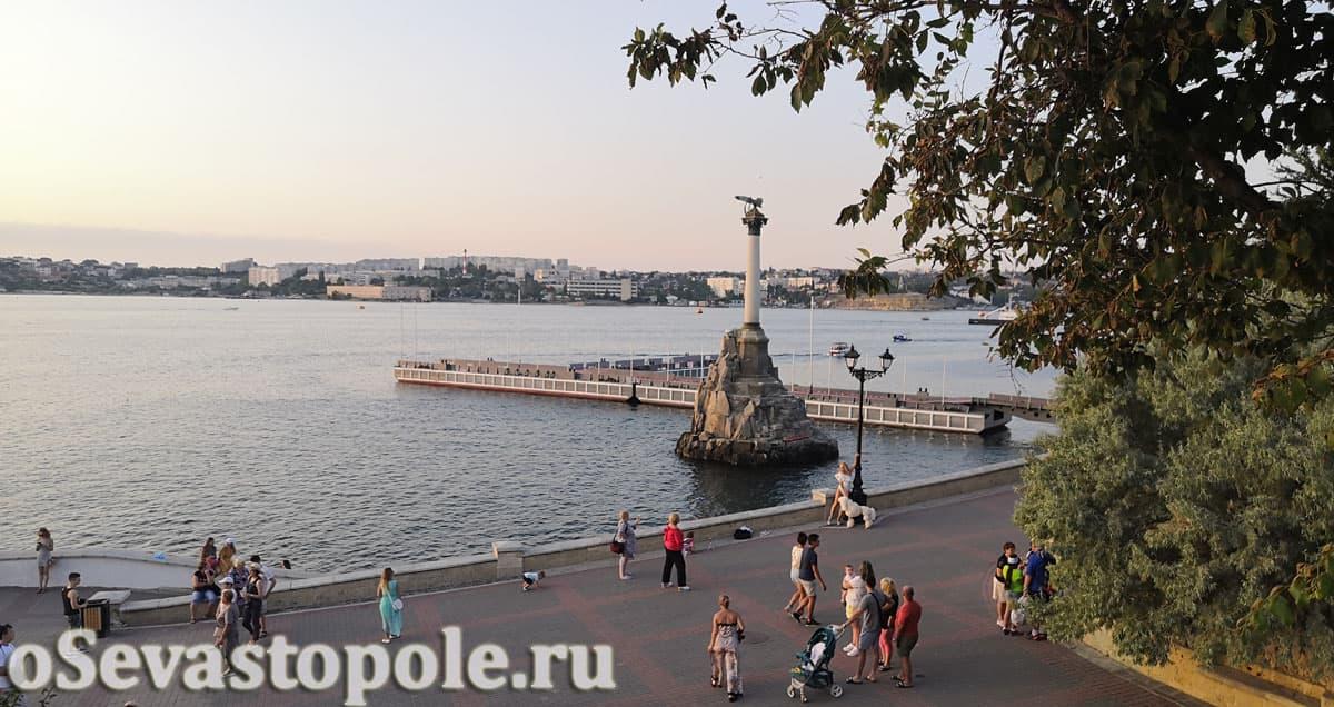 Вид на памятник Затопленным кораблям с Приморского бульвара